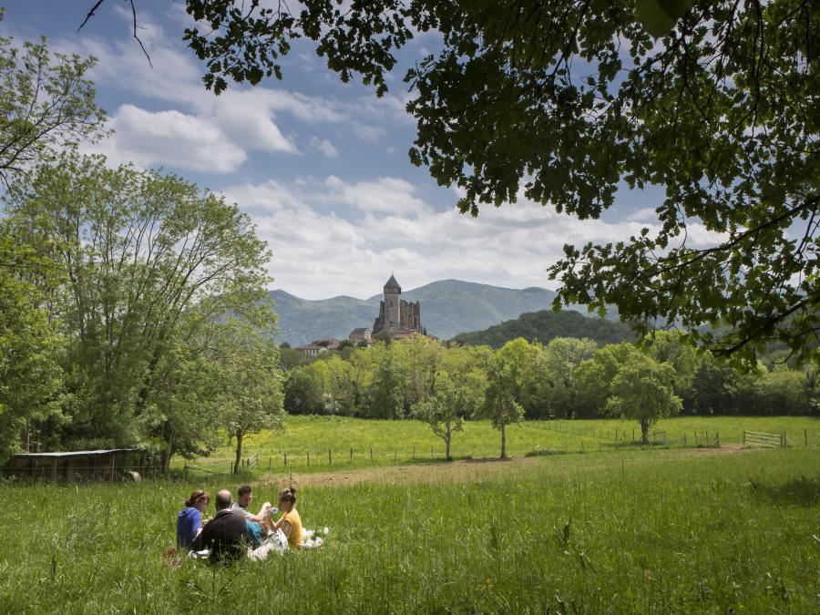 Pique-nique près de la basilique Saint-Just à Valcabrère (Haute-Garonne)